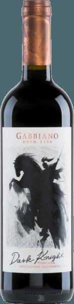 De Dark Knight van Castello di Gabbiano is een moderne interpretatie van een Italiaanse rode wijn cuvée gemaakt van de druivensoorten Cabernet Sauvignon (50%), Merlot (30%) en Sangiovese (20%). In het glas glinstert deze wijn in een expressief robijnrood met paarse accenten. In de neus ontvouwen zich intense aroma's van rode bessen - vooral framboos, braambes en wat aardbei - in combinatie met zoete, kruidige hints van koffie, chocolade en vanille. In de mond overtuigt deze rode wijn met een heerlijke drinkstroom. De zachte tannines zijn perfect in balans en nestelen zich in de krachtige body. De finale biedt een prachtige lengte. Vinificatie van de Gabbiano Dark Knight Nadat de druiven zijn geoogst, worden ze onmiddellijk naar de wijnmakerij van Castello di Gabbiano gebracht. Een deel van de oogst wordt koud gemacereerd in roestvrijstalen tanks vóór de temperatuurgecontroleerde maceratie.De prachtige kleur en zachte tannines zijn het resultaat van 6 maanden rijping in grote eiken vaten. Voedsel aanbeveling voor de Dark Knight door Gabbiano Geniet het best van deze droge rode wijn uit Italië bij wildgerechten in donkere saus met aardappelen, of bij belegen kazen. Onderscheidingen voor de Donkere Ridder van Castello di Gabbiano Mundus Vini: Zilver voor 2016 James Suckling: 92 punten voor 2016 Robert Whitley: 90 punten voor 2015