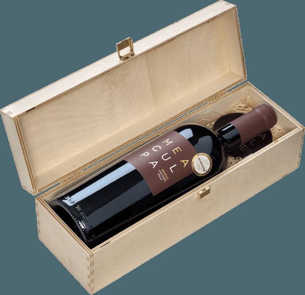 """De MEA CULPA Vino Rosso Italia van Casa Vinicola Minini is een ongelooflijk expressieve cuvee van Primitivo, Syrah en Merlot. Mea Culpa - mijn fout, vergeef me - is de niet geheel serieuze uitspraak van Mario Minini, die de beste cuvee heeft samengesteld die hij zich kan voorstellen uit de beste partijen van zijn wijnen uit verschillende streken. """"MEA CULPA, vergeef me, maar we gaan het op mijn manier doen! Het zal de meest nauwkeurige cuvée zijn met de grootste voortreffelijkheid en expressie, wat er ook voor nodig is."""" - Mario Minini Net als zijn kleine broertje - de Tank Nero d'Avola - is de rode wijn cuvee Mea Culpa geproduceerd door middel van de Appassimento methode, dus, het bevat bijzonder intense druiven omdat ze zijn gedroogd. De MEA CULPA Vino Rosso Italia komt in het glas met een diepe donkere, extreem dichte paarse kleur en een bijna zwarte kern. De neus betovert met dichte kersentonen. Gedroogde kers, mon cheri, rumkers, sappige hartkersen, kersencrumble en een hele reeks andere associaties komen in gedachten. De aroma's worden gecomplementeerd door rijpe bramen en aardbeien. Edele, winterse, kerstachtige nuances van mokka, vanille en bittere chocolade completeren het bouquet van de MEA CULPA rode wijn. In de mond is de Mea Culpa immens sappig, rond en krachtig. Deze wijn is het antwoord op grijze november- en ijskoude decemberavonden. Ondanks de weelderige alcohol komt de Mea Culpa niet over als brandy, maar eerder fruitig, kruidig en heerlijk fluweelachtig. De ronde en zachte tannines worden aangevuld door een fijne smelt en vitale fruitzuren, waardoor deze rode wijn krachtpatser niet lomp en onhandig overkomt. Vinificatie van de Mea Culpa Vino Rosso Italia Aangezien twee wijngaarden voor de Mea Culpa in Sicilië liggen en één in Apulië, moet deze cuvée het zonder een prestigieuze herkomstbenaming stellen. Geen probleem, want de Mea Culpa heeft geen DOCG of iets dergelijks op zijn hals nodig om indruk te maken. De Primitivo voor de Mea Culpa komt uit """