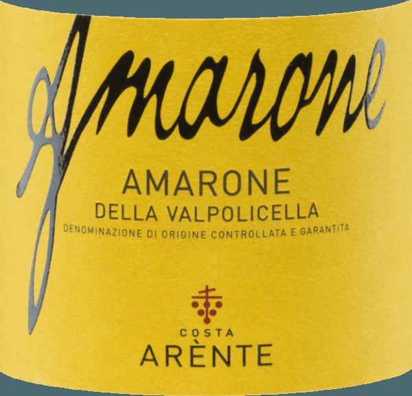 De Amarone della Valpolicella van Costa Arènte is een volle, expressieve rode wijn uit Italië en wordt gevinifieerd van Corvina (50%), Corvinone (20%), Rondinella (15%) en andere rode druivensoorten (15%). De kleur in het glas doet denken aan een stralende robijn met paarse reflexen. Het bouquet overtuigt de neus met zijn sterke, gelaagde aroma's - zeer aanwezig zijn rode en zwarte vruchten (zure kersen, zwarte bessen en frambozen) - onderstreept door kruidige hints van zoethout, tabak en zwarte peper. Deze Italiaanse rode wijn heeft een prachtige elegantie in de mond, waarin de fruitige-bessenaroma's van de neus tot uiting komen. Hieraan zijn noten van pruimen en vanille toegevoegd. De frisse, evenwichtige zuurgraad harmonieert perfect met de stevige tannines. De geconcentreerde afdronk heeft een aanhoudende lengte. Vinificatie van deCosta ArènteAmarone De met de hand geoogste druiven groeien op hellingen op mergelgronden van kalkhoudend gesteente van de Dolomieten in het Italiaanse teeltgebied Veneto -D.O.C.G. Amarone della Valpolicella. Na de zeer zorgvuldige oogst en de zorgvuldige selectie van de druiven, worden ze naar de wijnmakerij vanCosta Arènte gebracht. Daar worden de druiven voorzichtig geperst en wordt de most vergist in roestvrijstalen tanks onder temperatuurcontrole. De rijping van 36 maanden in grote houten vaten (25 hl en 5 hl) is verantwoordelijk voor de prachtige verscheidenheid aan aroma's, de dichte kleur en de stevige tanninestructuur. Spijsaanbeveling voor de Amarone della Valpolicella Costa Arènte Deze droge rode wijn uit Italië is een prachtige solist, die moet worden gedecanteerd alvorens te genieten. Maar ook bij gebraden hertenvlees, hertenzadel of stoofpot van wild zwijn is deze wijn een prima begeleider. Prijzen voor deAmarone van Costa Arènte Mundus Vini: Goud voor 2013