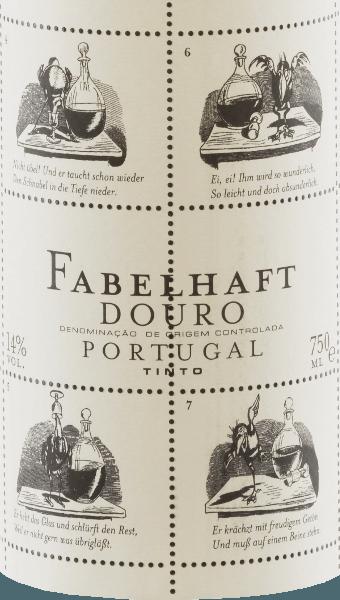 """De levendige robijnrode Niepoort Fabulous Douro Tinto vertoont paarse reflecties en glinstert met een medium dichte kleur in het glas. De levendige, geurige neus van deze rode wijn cuvée van Touriga Franca, Touriga Nacional, Tinta Roriz, Tinta Amarela en andere druivensoorten overtuigt met frisse, diepe en zeer intense aroma's van wilde bessen, sappige bramen en wat pruimen. Zoete specerijen en zure theeblaadjes vermengen zich harmonieus met het balsamico karakter van de Fabuleuze Douro Tinto. In de mond onthult de Fabulous Tinto een elegante, volumineuze en jeugdig frisse smaak met een merkbaar mineraal profiel. Een mooie, levendige fruitzuurgraad en zachte tannines completeren de evenwichtige smaaksensatie. Bij de Fabelhaft Tinto valt niet alleen de inhoud maar ook de buitenkant van de fles rode wijn op. Dirk Niepoort koos hiervoor een verhaal van Wilhelm Busch, momenteel dat van de raaf Hans Huckebein. Het leven van Huckebein loopt slecht af, niet in de laatste plaats door de consumptie van alcohol, en heeft tot op de dag van vandaag de term """"ongeluksvogel"""" bedacht. Fabels als die van Huckebein zijn de reden waarom Niepoort deze wijnserie de naam Fabelhaft heeft gegeven - en zo smaken ze ook! Met de Fabelhaft Tinto heeft Dirk Niepoort bewezen dat karaktervolle rode wijnen uit Portugal mogelijk zijn voor een eerlijke prijs. Niet alleen dat, met zijn Wilhelm Busch label, heeft hij ook visueel een wijn gecreëerd die direct herkenbaar is. Vinificatie van de Fabelhaft Tinto De oogst begint begin september, waarbij de druiven voor de Fabelhaft Douro-wijnen worden geoogst met de nadruk op frisheid, zuurgraad en fruit. Vooral overrijpe druiven moeten worden vermeden voor de Fabelhaft Douro Tinto. Na de selectie van de druiven in de kelder, werden de druiven ontsteeld, gekneusd en vergist. Na de gisting werd de wijn gerijpt in barriques van Frans eikenhout (tweede stellingen) op 15% gedurende 12 maanden. Spijsaanbeveling voor de Fabuleuze Wijn Tinto uit Niepoort Geniet va"""