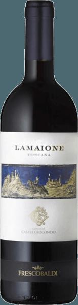De Lamaione Toscana IGT van Tenuta di Castelgiocondo van Frescobaldi laat eens te meer zien wat een legendarische prestatie de Marchesi de' Frescobaldi hebben geleverd in de Italiaanse wijnbouw. Een top Merlot uit Italië - voor ons een synoniem voor goede wijn. In het glas presenteert de Lamaione zich met een rijke paarse en mooie dichte kleur. In de neus verschijnen eerst fruitaroma's van braam en bosbes, dan kruidnagel, zwarte peper, chocolade, een lichte balsamico van eucalyptus en tijm. In de mond openbaart deze unieke Merlot uit Toscane zich warm, zacht en rond, met een dichte en zijdeachtige structuur en aanwezige tannines. In de mond verdichten de smaken zich tot een lange, aanhoudende afdronk. Productie van de Lamaione Toscana IGT door Frescobaldi Deze top rode cru is gevinifieerd van Merlot druiven geteeld in de gelijknamige Lamaione wijngaard van het CastelGiocondo landgoed. Na de maceratie en de alcoholische gisting rijpt de wijn 24 maanden in barriques van Frans eikenhout, waarvan 90% nieuw en 10% van de tweede persing. Daarna rijpt de Lamaione nog eens 12 maanden in de fles. Food pairing voor de Lamaione Toscana IGT van Frescobaldi Geniet van deze Toscaanse rode wijn bij wildgoulash van wild zwijn of haas, of als ideale partner bij harde oude kazen, gerechten met varkensvlees, als gebraad direct in de wijn bereid of gestoofd. Awards James Suckling - 93 punten