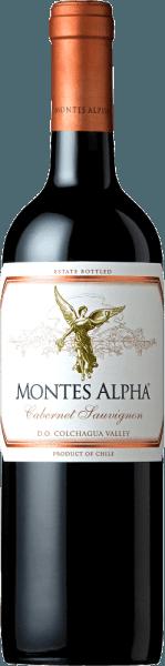 De Montes Alpha Cabernet Sauvignon is een prachtige rode wijncuvée van Cabernet Sauvignon (90%) en Merlot (10%). In het glas is deze Chileense rode wijn verrukkelijk met een krachtige robijnrode kleur.Het elegante, complexe en intense bouquet ontvouwt krachtige aroma's van viooltjes en rood fruit - vooral hartkersen - evenals tonen van braambes, chocolade en zwarte peper met een hint van sigarenkist. De aroma's in de neus worden gecompleteerd door vanille, karamel en koffietonen van de rijping op eikenhout. In de mond overtuigt deze finesse-rijke en uitstekende rode wijn uit Chili met een prachtig evenwicht, een geweldige structuur, een medium body en stevige en ronde tannines. Deze rode wijn sluit af met een lange en aanhoudende afdronk. Vinificatie van de Cabernet Sauvignon Montes Alpha Magnum Zowel de Cabernet Sauvignon- als de Merlot-druiven worden met de hand geoogst bij optimale rijpheid. Na volledige ontsteeling worden de druiven afzonderlijk gekneusd en vergist. De alcoholische gisting wordt gevolgd door een lange maceratieperiode. Dit geeft deze rode wijn zijn krachtige aroma's, intense kleur en heerlijke tannines. De rijping van deze rode wijn vindt plaats gedurende 12 maanden in barriques van Frans eikenhout. Pas bij de botteling wordt de Montes Alpha Cabernet Sauvignon harmonieus afgerond met het aandeel van 10 procent Merlot. Spijsadvies voor de Magnum Montes Alpha Cabernet Sauvignon Deze droge rode wijn uit Chili is een ideale begeleider van pasta met Bolognesesaus, rood vlees, gebraden kalfskoteletjes met Cabernetsaus, varkensribbetjes, Mongools rundvlees en pure chocolade.