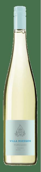 De Pinot Blanc van Villa Huesgen ontvouwt in het glas de frisse aroma's van citrusvruchten en citrusschillen, die worden aangevuld met groene appel en rijpe peren. In de mond komen heerlijke fruitige tonen naar voren met minerale hints en een fijne, aangename zuurgraad. Deze Pinot Blanc staat voor een harmonisch en ongecompliceerd wijngenot. Spijs aanbeveling voor de Villa Huesgen Pinot Blanc Geniet van deze droge witte wijn bij gerechten met witte en groene asperges of bij gegrilde gerechten.