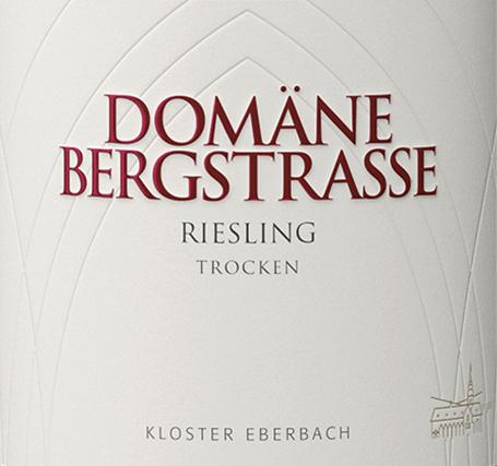 De Riesling dry van Domäne Bergstraße van het staatswijngoed Kloster Eberbach in de Rheingau schittert in het glas in een helder strogeel met sprankelende reflecties Het bouquet onthult beknopte aroma's van sappige peren en rijpe appels - ondersteund door een delicate geur van verse kruiden. In de mond is deze Duitse witte wijn sappig, fris en levendig en verkwikkend dankzij een aanwezige zuurgraad en minerale kruidigheid. Een hint van kruiden begeleidt in de lichte, sappige afdronk. Spijsadvies voor de Domäne Bergstrasse Riesling dry Deze droge witte wijn uit Duitsland is een uitstekende begeleider van zomerse salades, koude voorgerechten, zeevruchten en verse visgerechten, maar ook van vespers.