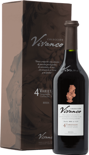 DeColección Vivanco 4 Varietalesis een uitstekende cuvée van rode wijn vol elegantie en complexiteit en wordt gevinifieerd van de druivensoorten Tempranillo (70%), Graciano (15%), Garnacha Tinta (10%) en Mazuelo (5%). In het glas heeft deze wijn een prachtige, krachtige granaatrode kleur. Het bouquet verleidt met een krachtig en complex aroma met tonen van rijpe rode en donkere bessen, florale elementen, karameltonen, chocolade en vanille van het goed geïntegreerde hout. In de mond is deze wijn fris en levendig, de tannines zijn zacht en de lange elegante afdronk toont opnieuw rijpe bessenaroma's. De fles is gemodelleerd naar een originele 18e-eeuwse wijnfles die wordt tentoongesteld in het Vivanco Museum van Wijncultuur. Vinificatie van deColección Vivanco 4 Varietales Na de zorgvuldige handmatige oogst van de druiven in het Spaanse wijngebied Rioja, worden de druiven zorgvuldig geselecteerd, ontsteeld en geperst in de wijnmakerij. De temperatuurgecontroleerde maceratie van deze wijn vindt plaats in barriques. Vervolgens rijpt deze rode wijn in totaal 24 maanden in Franse eiken vaten. Aanbevolen voedsel voor deColección 4 VarietalesVivanco Deze droge rode wijn uit Spanje is perfect bij filet of rosbief met bitterzoete saus, maar kan ook gecombineerd worden met andere gerechten met rood vlees. Wij raden aan deze wijn ten minste een uur voor het serveren te decanteren. Onderscheidingen voor deVivanco4 VarietalesColección Mundus Vini: Goud voor 2014 Guía Peñín: 90 punten voor 2014