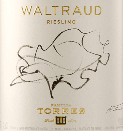 The Waltraud Riesling from Miguel Torres presents itself in a shiny, light yellow with golden shades. In the characterful, strongly pronounced bouquet, the origin and grape variety are clearly recognizable. In addition to fruity aromas of apples, peaches and apricots, notes of honeysuckle, some honey and hazelnut as well as delicate, spicy notes (nutmeg) are to be smelled. The characteristic aromas of apples and citrus fruits also characterise the palate. A spicy hint of bergamot and a shallow minerality expand the taste. A clear, riesling fresh acidity is added, which is present over the entire length. Waltraud Riesling owes its name to the wife of Miguel A. Torres. The German artist was also able to express herself on the label. For her, Torres may not have moved mountains, but at least vines, because he planted the original German grape variety Riesling in Spain, as a kind of companion from home. Vinification of Miguel Torres Waltraud Riesling The grapes are harvested at the end of September. Now the fresh grapes are sorted, pressed and the must is fermented at a controlled temperature within 15 days. The ageing takes place in stainless steel tanks. Food recommendation for the Waltraud Riesling from Torres We recommend this white wine from Catalonia classic with fish and crustaceans, but also with fresh pasta and rice with seafood, grilled poultry or the sweet-spicy dishes of Asian cuisine.