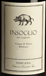 De Insoglio del Cinghiale Toscana IGT van Tenuta Campo di Sasso van Tenuta di Biserno gloeit donkerrood in het glas. In de neus toont deze jonge terroirwijn uit de Maremma een expressieve persoonlijkheid, fruitig, met intense aroma's van donker fruit, bramen, subtiele florale tonen, kruidige, peperige hints en een hint van kruidige eikenhouten tonen op de achtergrond. Het gehemelte is heerlijk evenwichtig, medium body met fijne structuur, vol, vlezig, rond, met zoete tannines. Een wijn die jong al heel goed smaakt, maar met wat opslag nog aan volheid, evenwicht en complexiteit wint. De afdronk is lang, harmonieus en kruidig in de afdronk. Vinificatie van de Insoglio del Cinghiale Campo di Sasso Toscana IGT van Tenuta Biserno Deze jeugdige rode wijn is de basiswijn en een terroir cru van Tenuta Biserno, soepel en vroeg rijpend, die zeer snel zijn liefhebbers heeft gevonden en sinds 2003 wordt geproduceerd. Het wordt geproduceerd in de wijngaard Campo di Sasso, die behoort tot de Tenuta di Biserno, maar er wel van gescheiden is. Campo di Sasso ligt ten zuidwesten van Biserno, dicht bij de zee en de stad Bibbona, en omvat drie percelen met een totaal van 46 hectare. De bodem verschilt sterk van die in Biserno, hij is overwegend zanderig, met een goede afwatering en een laag kleigehalte. De temperaturen zijn hier iets hoger. De warme, zanderige bodems en het warmere, mediterrane klimaat zijn bijzonder gunstig voor Syrah. Insoglio del Cinghiale wordt gevinifieerd uit Syrah 34% en een blend van Merlot, Cabernet Franc, Cabernet Sauvignon en Petit Verdot. De druivenoogst vindt plaats tussen half augustus en half september. Na de oogst worden de druiven in de kelder streng geselecteerd met behulp van een vibrerende band. Daarna worden ze ontsteeld en voorzichtig geperst. De alcoholische gisting duurt 14 tot 21 dagen bij gecontroleerde temperaturen, gevolgd door de malolactische gisting, 10% in eiken vaten, de overige 90% in roestvrijstalen tanks. 40% van de wijn wordt vervol