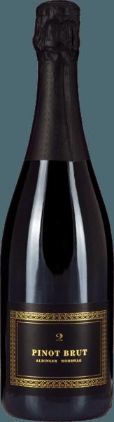 """De Pinot Brut 2 mousserende wijn is een gezamenlijk project van de wijnhuizen Aldinger en Wöhrwag, die voor hun grandioze mousserende wijnen de legendarische mousserende wijn pabst Volker Raumland aan boord hebben gehaald. Hun Pinot Brut 2 is net zo elegant in het glas als in de fles. De kleur is prachtig strogeel, de perlage elegant en fijn. Delicate parelslierten banen zich een weg van de moussepunt in het glas naar het oppervlak en voeden een buitengewoon bouquet, dat gedragen wordt door de fijnste gistsmaken, rijpe zowel als ingemaakte peren, gedroogde abrikozen en witte. In de mond heeft de Pinot Brut 2 van Aldinger en Wöhrwag een heerlijk vol mondgevoel zonder dat """"te veel"""" koolzuur de pret bederft en ons dwingt tot het nemen van kleine slokjes. Alles aan de Pinot Brut 2 is precies goed, vooral de balans. De aroma's van autolyse doen denken aan verse boerenbroodkorst en brioche en doen sommige champagne voor drie keer de prijs slecht zweten. Groot! Vinificatie van de Pinot Brut 2 mousserende wijn van Aldinger & Wöhrwag Deze mousserende wijn van witte Pinot Noir-druiven is het gezamenlijke project van de wijnhuizen Aldinger en Wöhrwag uit de streek rond Stuttgart. Beide VDP-wijnhuizen besloten dat voor een dergelijke onderneming maximale expertise nodig was, en die vonden zij logischerwijs bij Volker Raumland, de onbetwiste meester van de mousserende wijn in Duitsland. In 2004 was het zover. De eerste Pinot Brut zag het daglicht. De basiswijn voor de Pinot Brut 2 wordt uitsluitend in roestvrijstalen tanks gevinifieerd. De tweede gisting vindt logischerwijs plaats in de fles. Vervolgens rijpt de Aldingers en Wöhrwags Pinot Brut 2 twee hele jaren op de gist voordat de flessen worden gedegorgeerd en gekurkt. Spijsadviezen voor Pinot Brut 2 van Aldinger en Wöhrwag Serveer deze exclusieve mousserende wijn van de Duitse wijnboer solo als aperitief of bij salades van gerookte vis, char tartaar of mosselen met witte wijnsaus."""