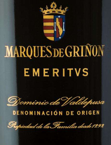 De EmeritusDominio de Valdepusa van Marques de Grinonis een expressieve, complexe rode wijn cuvée van de druivensoorten Cabernet Sauvignon (83%), Petit Verdot (11%) en Syrah (6%). In het glas schittert deze Spaanse wijn met eendonker robijnrood met licht violette reflecties. Het intense en complexe bouquet onthult veelgelaagde aroma's van donkerrode en zwarte wilde bessen, aangevuld met munt, fijn cederhout, wilde rozen, kruidnagel, lavendel en paprika. In de mond onthult deze cuvée zich als een spectaculaire en uitzonderlijke wijn met een enorme lengte. Vinificatie van deMarques de GrinonEmeritus De druiven groeien in de Spaanse D.O.Dominio de Valdepusa op 5 jaar oude wijnstokken. De bodems zijn rijk aan kalk en klei. De oogst begint half september en duurt tot half oktober. De druiven worden zorgvuldig met de hand geplukt en streng geselecteerd. De druiven worden voorzichtig geperst in de wijnmakerij vanMarques de Grinon. Het resulterende beslag wordt vervolgens gefermenteerd in roestvrijstalen tanks onder temperatuurcontrole. Deze Spaanse rode wijn is in totaal 24 maanden gerijpt in Franse eiken vaten. Spijsadvies voor deEmeritusDominio de Valdepusa Marques de Grinon Geniet van deze droge rode wijn uit Spanje bij wildgerechten - vooral gebraden hertenvlees of hertenzadel met veenbessen. U moet deze rode wijn van de Pago Dominio de Valdpusa vroeg decanteren voordat u ervan gaat genieten. Onderscheidingen voor deEmeritusMarques de Grinon Vinous: 92 punten voor 2011 Guìa Peñìn: 94 punten voor 2011 Wine Enthusiast: 92 punten voor 2011