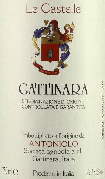De Le Castelle Gattinara DOCG van Antoniolo presenteert zich in het glas intens robijn- tot granaatrood. Complexe fruitige en kruidige aroma's domineren het bouquet, geuren van aardbeien, frambozen, cassis, viooltjes, zwarte kersen, leer, tabak, zwarte peper, minerale en aardse tonen wisselen elkaar af en vullen elkaar aan. In de mond verrast deze Gattinara met karaktervolle, goed geïntegreerde tannines, aangename frisheid, heldere, volle body, kruidig, krachtig, zijdezacht en vol karakter. Mooie en zeer persistente, bijna eindeloze afdronk met fijne minerale nuances in de afdronk. Vinificatie van de Le Castelle Gattinara DOCG door Antoniolo Le Castelle is de enige wijn van Antoniolo die gerijpt is in barriques. De Nebbiolo druiven voor deze cru zijn afkomstig van de gelijknamige wijngaard, die slechts 1,3 hectare beslaat. Hier staan wijnstokken die gemiddeld 40 jaar oud zijn, de bodem is dieper en rijker dan op de andere twee single vineyard locaties, wat de Gattinara meer kracht en diepte geeft. Na maceratie en alcoholische gisting op de schillen in betonnen tanks, wordt de most afgetapt en overgebracht in barriques. Hier wordt de malolactische gisting volledig voltooid, gevolgd door 24 maanden rijping. Na het bottelen rijpt Le Castelle nog minstens 12 maanden in de fles alvorens te worden vrijgegeven voor de verkoop. Le Castelle Gattinara wordt in kleine hoeveelheden geproduceerd, slechts ongeveer 3000 flessen per jaar. De wijn kan meer dan 20 jaar bewaard worden. Aanbevolen voedsel voor de Le Castelle Gattinara DOCG van Antoniolo Geniet van deze krachtige rode wijn uit het noorden van Piemonte bij roodvleesgerechten, lam, wild, damhert, gevogelte, kruidige rijpe kazen. Le Castelle moet één tot twee uur voor het serveren worden geopend. Onderscheidingen voor de Le Castelle Gattinara DOCG van Antoniolo Gambero Rosso: 2 glazen voor 2012 Wine Spectator: 80 punten voor 2010 Antonio Galloni: 95 punten voor 2010