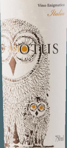 De Asio Otus wit van Mondo del Vino is de witte versie van de populaire cuvée van rode wijn met de uil op het etiket. De ransuil, die staat voor kennis, is ook het eponiem voor deze Italiaanse wijnen. Deze cuvée schittert in een charmant strogeel met lichtgroenige reflecties. In de neus spelen aroma's van gele steenvruchten en volrijpe ananas, maar ook lichte karameltonen de hoofdrol. In de mond vindt men bij de Asio Otus Bianco een geslaagde combinatie van frisheid en elegantie. Fruitzuurheid en romigheid vormen een harmonieuze eenheid en verhogen de drinkbaarheid. Aanbevolen voedsel voor de Asio Otus Bianco Deze halfdroge witte wijncuvée uit Italië is een uitstekend aperitief en begeleider van lichte visgerechten en zeevruchten, salade of gevogelte.