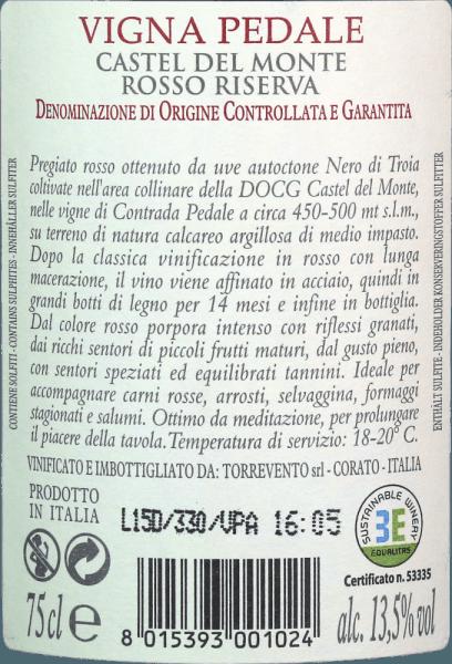 """Castel del Monte - het achthoekige jachtslot van Frederik II staat in het noordelijkste deel van de Murgia, staat op de Werelderfgoedlijst en geniet grote bekendheid in Italië. Dit iconische bouwwerk prijkt op de achterkant van de munt van 1 cent, diende als model voor het decor van de bibliotheektoren in de hitfilm """"The Name of the Rose"""", en komt ook voor in het logo van het wijnhuis Torrevento.  De druiven voor de Vigna Pedale zijn afkomstig van wijnstokken van meer dan 30 jaar oud die goed gedijen op de arme, stenige bodems van de Murgia streek - een flink aantal zelfs in het zicht van het Castel del Monte. De wijnstokken, geteeld in het """"Alberello"""" struikvormsysteem, laten slechts enkele druiven toe. Puglia is een van de belangrijkste regio's voor de variëteit Uva di Troia. Oorspronkelijk komt deze wijnsoort uit Griekenland en is hier al meer dan 3000 jaar aangeplant. Deze druivensoort, ook bekend als Nero di Troia, wordt gebruikt voor de variëteit Vigna Pedale.  Belangrijker dan het Castel del Monte, dat al van verre te zien is, is echter het klooster dat in de 15e eeuw werd gebouwd voor de wijnmakerij van Torrevento. Deze werd aangekocht door Francesco Liantonio in 1948. Sindsdien worden de ondergrondse keldergewelven gebruikt voor de wijnproductie.   DeVigna Pedale Castel del Monte Riserva DOCG uit Torrevento is een echte medaillejager. Deze single-varietal Nero di Troia uit Apulië komt in het glas met een diepe, robijnrode kleur. Aan de randen verandert deze topwijn in een delicaat granaatrood. De eerste neus van de Vigna Pedale uit Torrevento belooft heerlijke kruidigheid van peper, bosgrond, paddestoelen, kreupelhout en allerlei soorten zwart bessenfruit. Tijm en minerale nuances van de kalksteenrijke kleigrond ronden het bouquet van de Vigna Pedale perfect af. In de mond begint het vlaggenschip van Torrevento met een heerlijk vlezige en stevige smaak. Een geconcentreerde wijn met een aanzienlijke lengte en stevige, karakteristieke tannines die aangenaam a"""