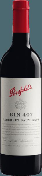 De Bin 407 Cabernet Sauvignon van Penfolds is een complexe, geconcentreerde en elegante rode wijn uit het Australische wijnbouwgebied Zuid-Australië. In het glas heeft deze wijn een violette kleur met paarse accenten. Na decanteren presenteert deze rode wijn zich met uitgesproken aroma's van sappige zwarte bessen, moerbeien, bosbessen en gedroogde vegetale tonen (munt, venkel en anijs). Na een korte tijd verschijnen ook tonen van gedroogde tomaat, evenals wat leer en grafiet. Het lichaam is vol en krachtig. Deze Australische Cabernet heeft pit en potentieel. De tannines zijn fluweelzacht, levendig en passen harmonieus in de algemene compositie - gedragen door een frisse zuurgraad en dichte fruitrijkdom. Op de opmerkelijke afdronk is deze rode wijn fruitig, met hints van gekarameliseerde morellen kersen en een aangename aardse toon, evenals een vleugje pepermunt. Vinificatie van de Penfolds Bin 407 Zoals de meeste Penfolds wijnen, behoort de Bin 407 tot de zogenaamde multi-regional & multi-vineyard blends. Daarin worden de beste druiven uit verschillende streken samengesteld tot cépagewijnen. Het beslag wordt per herkomst en perceel gescheiden en op traditionele wijze vergist in roestvrijstalen tanks. Deze rode wijn wordt vervolgens gerijpt in kleine Franse (25% nieuw hout) en Amerikaanse eiken (9% nieuw hout) vaten gedurende 12 maanden. Na de houtrijping wordt deze wijn voorzichtig afgetapt, in de Final Blend gemengd en rust hij nog een jaar op fles in de kelders van Penfolds. Spijs aanbeveling voor de Cabernet Sauvignon Bin 407 Penfolds Voordat u deze droge rode wijn uit Australië drinkt bij rijke ragouts van lam of os, gebraden eendenborst of zelfs gerechten met witte bonen, moet u hem ten minste een uur decanteren voordat u ervan geniet. Prijzen voor de Bin 407 Penfolds Cabernet Robert M. Parker - The Wine Advodate: 90 punten voor 2016