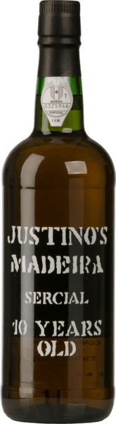 DeSercial 10 Years Old van Vinhos Justino Henriques is een prachtige, rasechte Madeira. In het glas schittert deze wijn in een helder rood-bruin met gouden reflexen. Het frisse aroma verrukt de neus. Aroma's van verse walnoten en acaciahoning ontvouwen zich. De klassieke noten van gedroogd fruit zijn ook aanwezig in de neus en ook in de mond. De persoonlijkheid is heerlijk levendig en heeft een middellange, warmhartige afdronk. Vinificatie van deJustino Henriques Sercial De Sercial-druiven zijn afkomstig van 17 jaar oude wijnstokken die groeien op kalksteen en zandsteen op het kleine eiland Madeira. Na de oogst en selectie worden de druiven bij gecontroleerde temperatuur vergist in roestvrijstalen tanks. Daarna rijpt deze wijn minstens 10 jaar in gebruikte houten vaten.Deze Madeira is samengesteld uit verschillende wijnen die allemaal zelf zijn gemaakt door de individuele vinificatie van witte druiven en die ten minste 10 jaar in eiken vaten hebben doorgebracht alvorens te worden gebotteld. Spijsaanbeveling voor de SercialJustino Henriques 10 jaar oud Geniet van deze droge Madeira als een welkom aperitief bij allerlei festiviteiten.