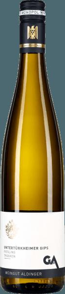 De Untertürkheimer Gips Riesling van het wijnhuis Aldinger is afkomstig van de monopolielocatie Gips in Untertürkheim, die uitsluitend eigendom is van het wijnhuis. De wijn komt in het glas met een lichtgele kleur. Het streelt de neus met rijpe fruittonen van appel, perzik en citrustonen van verse limoenschil. Kruidige nuances, die doen denken aan munt en citroenmelisse, samen met een fijne hint van vuursteen ronden het bouquet van deze top Riesling uit Württemberg af. In de mond toont de Aldingers Untertürkheimer Gips Riesling eerst een klassieke Riesling-typiciteit, die enerzijds wordt aangevuld door de aroma's van de neus, anderzijds door een fijne mineraliteit en een zilte toets. Het stevige fruitzuur balanceert uitstekend met een zeer fijne restzoetheid van iets meer dan 4 gram per liter. In de lange afdronk opnieuw veel minerale grip. Vinificatie van de Aldinger Untertürkheimer Gips Riesling De wijngaard Riesling van de Untertürkheimer Gips wordt geproduceerd tot 40% in het stuk vat, tot 60% in de hoogwaardige stalen tank. De gisting is spontaan. Daarna volgt een gistopslag tot maart van het volgende jaar. De druiven groeien op beste gips-keupergrond, die zorgt voor een expressieve mineraliteit. Spijsaanbevelingen voor de Untertürkheimer Gips Riesling van Aldinger Geniet het best van deze edele witte wijn uit Württemberg bij krachtige gerechten met vis of gevogelte, bij Cocq au Vin of bij salade met gerookte forel. Onderscheidingen voor de Riesling Untertürkheimer Gips Eichelmann: 88 punten voor 2016 Vinum: 88 punten voor 2016