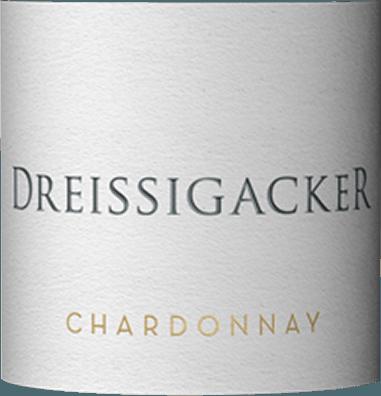 Im Glas präsentiert der Chardonnay aus dem Hause Dreissigacker eine brillant schimmernde goldgelbe Farbe. Im Glas zeigt dieser Weißwein von Dreissigacker Aromen von Limetten, Zitronen, Pampelmusen, Pomelo und Kumquats, ergänzt um sonnenwarmes Gestein, Bitterschokolade und orientalische Gewürze. Am Gaumen startet der Chardonnay von Dreissigacker wunderbar aromatisch, fruchtbetont und balanciert. Manche Weine sind trocken, andere knochentrocken. Dieser Weißwein gehört zur letzteren Gruppe, denn er wurde mit lediglich 0,8 g Restzucker in die Flasche gefüllt. Am Gaumen präsentiert sich die Textur dieses leichtfüßigen Weißweins wunderbar knackig. Durch die balancierte Fruchtsäure schmeichelt der Chardonnay mit weichem Mundgefühl, ohne es dabei an Frische missen zu lassen. Das Finale dieses Weißweins aus der Weinbauregion Rheinhessen, genauer gesagt aus Bechtheim, überzeugt schließlich mit gutem Nachhall. Vinifikation des Dreissigacker Chardonnay Grundlage für den eleganten Chardonnay aus Rheinhessen sind Trauben aus der Rebsorte Chardonnay. Die Weinbeeren für diesen Weißwein aus Deutschland werden, zum Zeitpunkt optimaler Reife, ausschließlich von Hand gelesen. Nach der Lese gelangen die Weintrauben auf schnellstem Wege in die Kellerei. Hier werden sie sortiert und behutsam aufgebrochen. Anschließend erfolgt die Gärung im großen Holz bei kontrollierten Temperaturen. Der Gärung schließt sich eine Reifung über 6 Monate in 2400 l Doppelstückfass aus neuem Eichenholz an. Speiseempfehlung für den Chardonnay von Dreissigacker Trinken Sie diesen Weißwein aus Deutschland am besten gut gekühlt bei 8 - 10°C als begleitenden Wein zu gebratener Forelle mit Ingwer-Birne, Kokos-Limetten-Fischcurry oder Spargelsalat mit Quinoa.