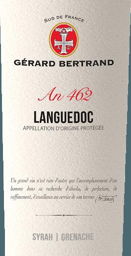 De Heritage 462 Languedoc van Gérard Bertrand toont zich in het glas in een diep donkerrood met violette reflecties. Het bouquet van deze rode wijn verleidt met aroma's van rode en zwarte bessen, die worden afgerond door zoethout, kruidige peperkoek en een hint van garrigue. Het gehemelte weerspiegelt de nuances van het bouquet en bekoort door zijn finesse en zachte tannines. Deze levendige cuvée heeft een volle body en een lange afdronk met accenten van gebrande koffie en peperige specerijen. Vinificatie van de Gérard BertrandErfgoed 462 Languedoc Deze cuvée wordt gevinifieerd van de druivenrassen Syrah en Grenache. Deze druiven worden met de hand geoogst op hun respectieve optimale rijpingstijd. Daarna worden ze afzonderlijk gevinifieerd om de individuele kenmerken van elke druivensoort te behouden. De Syrah-druiven worden gedurende ongeveer 15 dagen bij lage temperaturen geweekt, terwijl de Grenache-druiven volledig worden ontsteeld en gedurende 3 weken worden geweekt. Na de persing en de alcoholische gisting wordt een deel van de wijn 10 maanden in Franse barriques gerijpt. Vervolgens wordt het gemengd met het andere deel om een cuvée te vormen en gebotteld na een lichte vinificatie. De Terroir Languedoc rust vervolgens nog enkele maanden in de fles om te verfijnen. Aanbevolen voedsel voor de Gérard Bertrand Languedoc Geniet van deze droge rode wijn bij gegrild vlees en gevogelte, kruidige pasta, gestoofde aubergines of gerijpte kaas.