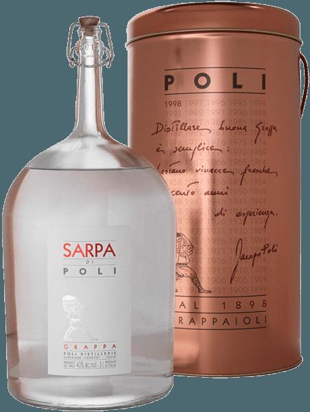 DeSarpa di Poli van Jacopo Poli is een krachtige grappa gemaakt van de druivensoorten Merlot (60%) en Cabernet Sauvignon (40%). In het glas presenteert deze grappa zich met een heldere, transparante kleur. Het frisse boeket wordt gedragen door verse kruiden, geplette munt en bloemige accenten van rozen en geraniums. In de mond is deze grappa heerlijk krachtig met een rustieke persoonlijkheid - zeer zuiver en eerlijk van smaak. Distillatie van de Jacopo Poli Grappa Sarpa di Poli Big Mama De nog verse draf wordt op traditionele wijze gedistilleerd in oude koperen distilleertoestellen. Na het distillatieproces heeft deze Grappa nog 75 Vol%. Door toevoeging van gedistilleerd water bereikt deze druivendraf-eau-de-vie een alcoholgehalte van 40% vol. Daarna rust deze grappa in totaal 6 maanden in roestvrijstalen tanks om tenslotte zachtjes gefilterd op de fles te worden afgevuld. Serveertips voor de Big Mama Sarpa di Poli Jacopo Poli Grappa Geniet van deze Grappa als digestief na een lekker menu, of serveer hem op ongeveer 10 tot 15 graden Celsius gewoon puur.