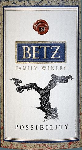 De Frangine van Betz is een uitstekende cuvée van rode wijn van de druivenrassen Cabernet Sauvignon (44%), Syrah (38%), Merlot (12%) en Petit Verdot (6%). In het glas presenteert deze Amerikaanse wijn zich in een rijk robijnrood. Het bouquet ontvouwt expressieve tonen van pruimen, aardbeien en granaatappel. In de mond worden de aroma's van de neus aangevuld met een frisse zuurgraad en fluweelzachte tannines. De lange afdronk gaat gepaard met een zeer subtiele zoetheid. Vinificatie van de Frangine van Betz Family Winery De druiven voor deze rode wijn komen uit het teeltgebied Washington - Columbia Valley. De druiven worden onmiddellijk naar de wijnmakerij gebracht en geselecteerd. Het beslag wordt vervolgens gefermenteerd in roestvrijstalen tanks. Het fluweelzachte karakter, de heerlijke aroma's en de sterke kleur worden verkregen door rijping in Franse eiken vaten gedurende 12 maanden. Aanbevolen voedsel voor de Betz Frangine Geniet van deze droge rode wijn uit Washington bij gebraden gans met aardappelknoedels en rode kool, aardappelgartin met rundvlees of ook bij schapenmelkse kaas, zoals Pecorino. Prijzen voor de Betz Cuvée Frangine Vinous: 90 punten voor 2014 Robert M. Parker: 90-92 punten voor 2014 Wine Spectator: 89 punten voor 2014