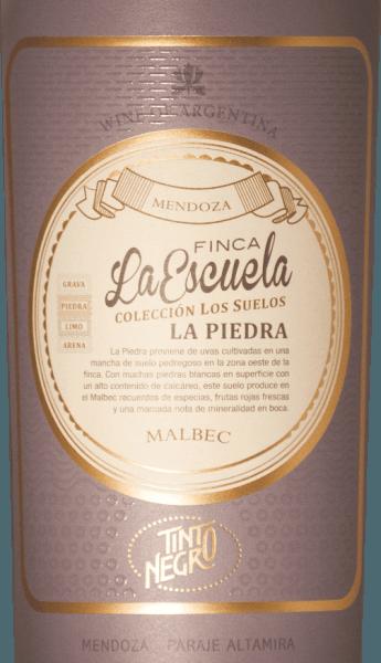 DeFinca La Escuela - La Piedra Malbec van Tinto Negro schittert in het glas in een donker paarsrood met granaat reflecties. Het bouquet wordt gedragen door aroma's van zwart fruit - vooral bramen en aalbessen - en kruidige tonen van mokka, vanille en pure chocolade. In de mond is deze Argentijnse rode wijn heerlijk krachtig met een elegante structuur. In de mond komt een vleugje mineraliteit naast de aroma's van de neus. De afdronk is heerlijk complex en wordt gedragen door een stevig tannine raamwerk. Vinificatie van deFinca La Escuela La Piedra Malbec De Malbec druiven worden zorgvuldig geselecteerd na de handmatige oogst. Na de gisting van het beslag rijpt deze wijn nog 12 maanden in barrique vaten. Dit geeft deze rode wijn zijn heerlijke kruidige aroma's. Spijs aanbeveling voor de Tinto Negro La Piedra Malbec Deze droge rode wijn uit Argentinië is een geweldige metgezel bij gezellige barbecues met familie en vrienden. Maar ook bij sterk gekruide wildgerechten is deze rode wijn een genot. Onderscheidingen voor de La Piedra La Escuela van Tinto Negro Tim Atkins: 96 punten voor 2014 Wine Enthusiast: 91 punten voor 2012 Robert M. Parker: 93 punten voor 2012