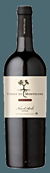 De Terre di Montelusa Altopiano Nero d'Avola Sicilia IGT van Terre di Montelusa Altopiano toont een rijke, diepe donkere, bijna zwarte kleur in het wijnglas.Het bouquet straalt een weelderige kersenneus uit met rijp, geconcentreerd fruit, kruidige tonen en houtachtige nuances. In de mond is hij vol, dicht en fluweelzacht. De smaak weerspiegelt de kracht van de Nero d'Avola-druiven en het mediterrane klimaat met veel zon. Een ronde en sappige druppel! Wij bevelen het aan bij donker vlees, wild en gebraad.