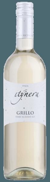 """De Itinera Grillo Sicilia IGT van Mondo del Vino is een typisch Zuid-Italiaanse witte wijn die zich in het glas presenteert in een helder goudgeel. Wonderbaarlijk frisse aroma's van citroenen, limoenen en een hint van tropisch fruit ontvouwen zich. Deze single-varietal Grillo verrukt het gehemelte met zijn bruis en harmonieuze indruk, die een """"easy drinking"""" sensatie creëert. Aanbevolen voedsel voor de Itinera Grillo Sicilia IGT Geniet van deze droge witte wijn als aperitief of bij een roulade van koolvis met parmaham en tomatensaus."""