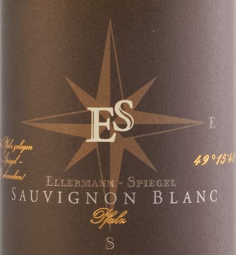 De Sauvignon Blanc Gutswein dry van Ellermann-Spiegel komt glinsterend lichtgeel in het glas. Het boeket toont al een heel eigen stijl. Hij wordt gekenmerkt door heerlijk rijpe kruisbessen, tropische tonen van mango en gele kiwi en ander geel steenfruit. Delicate kruidige nuances van gras en citroenmelisse vullen aan. In de mond is deze Sauvignon Blanc Gutswein trocken uit de Pfalz van Ellermann-Spiegel heerlijk pittig, fris, levendig en stevig, hij heeft extract en kracht. Kruidig en met frisse zuren rolt hij over de tong en neemt afscheid met een lange, minerale afdronk. Vinificatie van de Ellermann-Spiegel Sauvignon Blanc De Sauvignon Blanc werd door Frank Spiegel vergist in roestvrijstalen tanks onder temperatuurcontrole en rijpte vervolgens enige tijd op de fijne droesem, zodat het aroma verder kon worden verfijnd. Spijsadvies voor de Ellermann-Spiegel Sauvignon Blanc Geniet van de Sauvignon Blanc Gutswein trocken van wijnmaker Frank Spiegel bij Aziatische gerechten zoals Bun Bo of roergebakken curry's met gember, Thaise basilicum en citroengras.