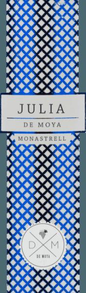 De Julia Monastrellvan Bodega De Moya is een volle, single-vineyard wijn uit de wijnregio Valencia. Deze rode wijn is opgedragen aan zijn schoonmoeder Julia. In het glas schittert deze wijn in een helder robijnrood met lichtrode reflecties. Het bouquet onthult een veelgelaagd, veelzijdig aroma: sappige braam en framboos ontmoet rijpe aalbes met zachte hints van toast. De aroma's in de neus worden ondersteund door vlierbes en cederhout. De frisse zuren in de mond harmoniëren wonderwel met de bessen, de houtsmaken en de ronde, gestructureerde body. De afdronk overtuigt met een prachtige lengte. Vinificatie van deJulia Monastrell De Moya De Monastrell druiven voor deze rode wijn zijn afkomstig van 60 jaar oude wijnstokken in wijngaarden van Vall d-Albaida en worden zorgvuldig met de hand geoogst. De druiven worden geplukt terwijl ze nog in de wijngaard liggen, en worden vervolgens gesorteerd in kisten van 15 kg. De druiven worden gedurende 24 uur gekoeld op 4 graden Celsius voordat de maceratie begint in houten vaten van 1000 liter bij een gecontroleerde temperatuur. Het gistingsproces en de maceratie duren ongeveer 26 tot 34 dagen. Tijdens dit proces wordt de draf regelmatig ondergedompeld. De rijping van deze Spaanse rode wijn vindt plaats in geselecteerde, nieuwe barriques van Frans eikenhout gedurende in totaal 18 maanden. Aanbevolen voedsel voor de Bodega De MoyaJulia Monastrell Geniet van deze droge rode wijn uit Spanje bij gerechten uit de Aziatische keuken of ook bij Italiaanse klassiekers, zoals zelfgemaakte pizza met pittige salami of ook spaghetti Bolognese. Wij raden u aan deze wijn te decanteren. Onderscheidingen voor de Monastrell Julia van De Moya Mundus Vini: Zilver voor 2015