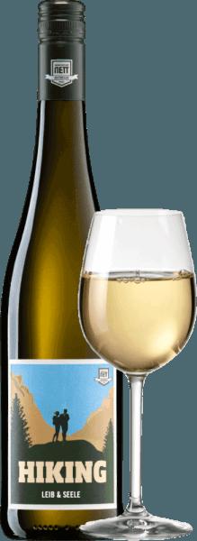 De Leib & Seele Cuvée feinherb van Bergdolt-Reif & Nett brengt het beste in Müller-Thurgau, Silvaner, Kerner en Gewürztraminer naar boven. Deze witte wijn uit de Pfalz is ongelooflijk sappig, drinkbaar en geurig. In het glas komt deze wijn met helder geel. Het fruitige bouquet onthult onmiddellijk florale hints, rijpe ananas, perziken, grapefruit, rijpe appel, lychee en nog veel meer in de neus. Acacia bloesem en nog meer geurige bloemigheid komen in gedachten. In de mond is deze Duitse witte wijn sappig, fris en levendig. De zoetheid wordt gecompenseerd door een vitale fruitzuurgraad die deze wijn heerlijk drinkbaar maakt. Het gaat naar beneden als olie! Spijsadvies voor deBergdolt-Reif & NettLeib & Seele Cuvée feinherb Geniet van deze fijne zure witte wijn uit Duitsland goed gekoeld gewoon solo op het terras of balkon. Of serveer deze wijn bij frisse salades en lichte visgerechten.