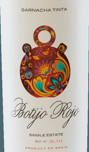 DeBotijo Rojo Garnacha Tinta van de Bodegas Frontonio glinstert in het glas in een sterk robijnrood. Het veelgelaagde bouquet komt met heerlijke aroma's van sappige zwarte kersen, rijpe bramen en versgemalen peper. De aroma's in de neus gaan vergezeld van aangename kruidige aroma's. In de mond overtuigt deze Spaanse rode wijn met zijn sterke, frisse en fruitige karakter. De aroma's uit het bouquet komen ook hier tot uiting. De tannines zijn perfect in balans. Vinificatie van de Botijo Rojo Garnacha Tinta van Bodegas Frontonio De Garnacha Tinta Botjio Rojo is een zuivere rode wijn van Garnacha-druiven. De druiven voor deze rode wijn uit Spanje zijn afkomstig van 35 tot 45 jaar oude wijnstokken diegroeienop een wijngaard van353a.s.l..De bodem is rijk aan kalksteen en wordt doorkruist door een kleilaag. De gisting vindt plaats in roestvrijstalen tanks, gevolgd door malolactische gisting in oude cementtanks. Hierdoor behoudt deze rode wijn zijn frisse en fruitige persoonlijkheid. Spijsadvies voor deGarnacha Tinta Botijo Rojo Deze rode wijn uit Aragon is de perfecte begeleider van varkensschenkel met rode kool en knoedels, rosbief met gestoofde groenten en aardappelpuree en kruidige, belegen kazen. Onderscheidingen voor de Botijo Garnacha Tinta Frontonio Berlijn Wijn Trofee: Goud voor 2015