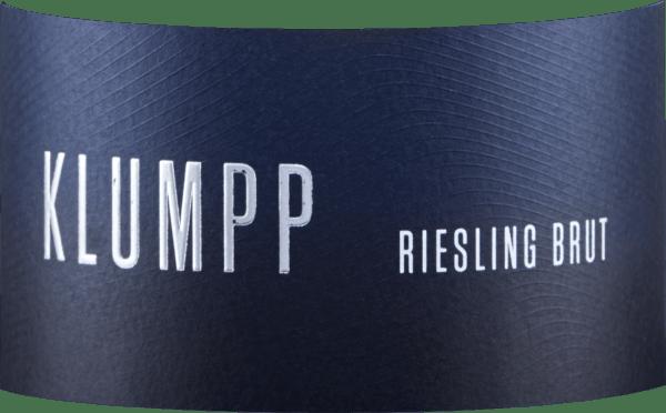 De Riesling Sekt Brut van Weingut Klumpp streelt de neus met een fijne kruidige kruidigheid, die vergezeld gaat van appel en frisse citrustonen. In de mond is deze mousserende wijn delicaat sappig en levendig fris. De stevige body geeft deze Riesling mousserende wijn kracht en ruggengraat. De minerale spanning leidt naar een kruidige afdronk met delicaat steenfruit. Vinificatie van de Klumpp Riesling Sekt Deze Duitse mousserende wijn wordt gevinifieerd van 100% biologische rieslingdruiven. Serveertip voor de Klumpp Riesling Sekt Geniet van deze mousserende wijn als aperitief of bij lichte gerechten met vis.