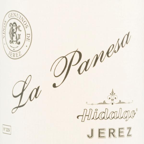 DeLa Panesa Especial Fino van Emilio Hidalgo uit het Andalusische sherry-wijngebied D.O. Jerez wordt uitsluitend gevinifieerd met Palomino Fino. Een stralend goudgeel met gouden accenten schittert bij deze wijn in het glas. In de neus ontvouwen zich intense aroma's van verse noten, mediterrane specerijen en subtiele minerale hints. Het gehemelte heeft een vol en levendig karakter. De afdronk wacht op u met een aanhoudende lengte en elegantie. Vinificatie van de Emilio HidalgoLa Panesa Especial Fino De met de hand geplukte druiven worden ontsteeld, voorzichtig geperst en de resulterende most wordt gefermenteerd in roestvrijstalen tanks onder temperatuurcontrole. Deze jonge wijn wordt vervolgens afgetapt, versterkt en in Amerikaanse eiken vaten geplaatst voor een eerste rijping. De vaten worden slechts tot op zekere hoogte gevuld (maximaal 85%), zodat de karakteristieke flor (een gistlaag) zich kan ontwikkelen, die de wijn luchtdicht afsluit en hem het sherry-specifieke aroma geeft. Zodra de wijn is gerijpt, wordt hij overgebracht naar het traditionele solera-systeem, waarbij sherry's van hetzelfde type drie tot tien jaar in boven elkaar geplaatste vaten rijpen. De oudste wijnen worden opgeslagen in de onderste vaten (Solera), terwijl de jongste wijnen worden opgeslagen in de bovenste rijen (Criaderas). De sherry bestemd voor de verkoop wordt altijd uit de onderste vaten gehaald. Hier wordt echter slechts een klein deel (maximaal een derde) genomen en het genomen deel wordt vervolgens opgevuld met sherry uit de bovenste rijen. Dit principe wordt voortgezet tot in de bovenste vaten, waar jonge wijn, de Mosto, aan de sherry wordt toegevoegd. Aanbevolen voedsel voor de La PanesaHidalgo Especial Fino Geniet van deze droge sherry bij allerlei zoet-kruidige gerechten uit de Aziatische keuken - vooral bij sushi past deze wijn heel goed. Onderscheidingen voor deLa Panesa Especial Fino van Emilio Hidalgo Vinum: 17,5 punten Guía Peñín: 95 punten The Wine Advocate: 95 punten