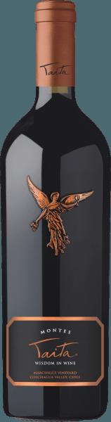 De uitstekende, voortreffelijke Montes Taita wordt voor 85% gevinifieerd op basis van de druivensoort Cabernet Sauvignon. De resterende 15% wordt aangevuld met andere rode druivenrassen. In het glas toont het een intens robijnrood met donkerrode reflecties. Het bouquet verwent de neus met intense aroma's van sappige bramen, rijpe hartkersen, verse aalbessen en pure chocolade. De aroma's in de neus gaan vergezeld van subtiele hints van tijm, gebakken fruit en houtnuances. In de mond onthult deze rode topwijn uit Chili zijdezachte tannines en een krachtige, uitstekend uitgebalanceerde body. Het fijne fruitzuur is in balans en toont zich in een prachtige harmonie met intens zwart fruit. Frisse ceder en minerale hints begeleiden ook de smaken in de mond. De afdronk is elegant en zeer lang. De Montes Taita wordt geleverd in een hoogwaardige 1er houten kist. Vinificatie van de Taita van Montes De met de hand geplukte, optimaal rijpe druiven worden op traditionele wijze op de schillen vergist en rijpen na de gisting gedurende 24 maanden in nieuwe Franse eiken vaten. Het Franse eikenhout heeft een structuur met fijne poriën, waardoor deze wijn tijdens het rijpen perfect kan ademen. De medium toasting van de vaten geeft deze rode wijn zijn subtiele geroosterde aroma's. Na de vatrijping wordt deze rode wijn licht gefilterd. Daarna rijpt de Montes Taita nog minstens 3 jaar op de fles voordat deze wordt vrijgegeven voor de handel. Aanbevolen voedsel voor de Montes Taita Geniet van deze exquise rode wijn uit Chili bij geroosterde eendenbout met rode kool en aardappelknoedels, lamsschouder in oosters kruidenjasje of ook bij entrecotes en wildstoofpot. Onderscheidingen voor de Taita Montes Robert M. Parker - Wine Advocate: 93+ punten voor 2010