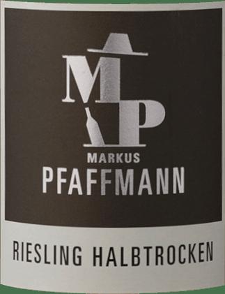 Met de Markus Pfaffmann MP Riesling komt een eersteklas witte wijn in het wervelende glas. Hier heeft hij een prachtig glanzende, lichtgele kleur. Deze single-varietal Duitse wijn toont in het glas heerlijk expressieve tonen van sering, jasmijn, morellen kers en abrikoos. Deze worden vergezeld door hints van garrigue, jeneverbes en mediterrane kruiden. Op de tong wordt deze lichtvoetige witte wijn gekenmerkt door een enorm smeltende textuur. Door zijn levendige fruitzuren is de MP Riesling heerlijk fris en levendig in de mond. In de afdronk inspireert deze witte wijn uit de wijnstreek Pfalz uiteindelijk met een aanzienlijke lengte. Opnieuw verschijnen er hints van acacia en jasmijn. In de afdronk komen minerale tonen van de door klei en zand gedomineerde bodem. Vinificatie van de Markus Pfaffmann MP Riesling De elegante MP Riesling uit de Pfalz wordt gemaakt van druiven van het druivenras Riesling. In de Pfalz groeien de wijnstokken die de druiven voor deze wijn voortbrengen op bodems van klei, zand, kalksteen en löss. Na de oogst worden de druiven snel naar de wijnmakerij gebracht. Hier worden ze gesorteerd en zorgvuldig vermalen. De gisting volgt in roestvrijstalen tanks bij gecontroleerde temperaturen. Aan het einde van de gisting laat men de MP Riesling nog enkele maanden verder harmoniseren op de fijne droesem. Spijsadvies voor de MP Riesling van Markus Pfaffmann Deze Duitse wijn wordt het best goed gekoeld gedronken bij 8 - 10°C. Hij is perfect als begeleidende wijn bij groentestoofpot met pesto, kabeljauw met komkommer-mosterdgroenten of geroosterde kalfslever met appels, uien en balsamicoazijnsaus.