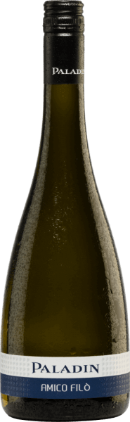 The Amico Filò Vino Bianco Frizzante from Paladin is a fresh sparkling wine made from the Chardonnay (90%) and Glera (10%) grape varieties. In the glass the Amico Filò shimmers in a soft yellow with greenish highlights. The Frizzante is fruity, light and harmonious on the nose with attractive, lively and invigorating notes of juicy apples and freshly squeezed citrus fruits. On the palate, this Italian sparkling wine provides an animating, sparkling and extremely refreshing sensation. A wonderfully uncomplicated Frizzante with class and wonderful personality. Vinification of the Amico Filò After the grapes have been carefully harvested, they are destemmed, gently crushed and the resulting mash is pressed out after a short standing period. The must is first fermented in stainless steel tanks at controlled temperatures. Then the second fermentation takes place in the pressure tank according to the Charmat method (tank fermentation method), which brings the wine its perlage. In this method, the wine and the tirage liqueur are placed in a large-capacity tank and fermented. Once the fermentation is complete, the sparkling wine is pumped into a counterpressure tank, the yeast is removed via a filter and finally the shipping dosage is added. The sparkling wine is then bottled and equipped under counterpressure. Food recommendation for the Paladin Amico Filò This Frizzante from Veneto is an excellent aperitif, but also a suitable and uncomplicated accompaniment to Mediterranean-influenced dishes at any time of the year. Awards for the Amico Filò Vino Bianco Frizzante Paladin Mundus Vini: Silver (awarded in 2018)