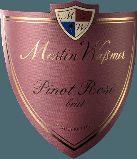 De Pinot Noir Rosé Sekt Brut van Martin Waßmer komt in het glas met een expressieve zalmkleur en onthult een fijne, heerlijk elegante perlage. Deze op fles gegiste vintage mousserende wijn onthult een fascinerend aroma van aromatische wilde aardbeien en ander rood fruit, aangevuld met een etherische kruidige kruidigheid. Hints van gezouten karamel en geurige brioche ronden het aroma van deze edele Pinot mousserende wijn af. In de mond is de Martin Waßmer Pinot Noir Rosé Sekt verfrissend krachtig, mannelijk en harmonieus met veel sap, rijpe zuren en evenwicht. Een mooie kruidigheid en rijp rood tuinfruit, evenals een lichte bloemige rozengeur dansen over de tong. Een kruidig-minerale afdronk. Vinificatie van de Martin Waßmer Rosé Sekt Brut Deze mousserende wijn wordt uitsluitend gemaakt van de beste Pinot-druiven, geteeld in eersteklas wijngaarden in Baden. Na de maceratie blijven de druiven nog enige tijd op de most liggen, waardoor hun aroma's en kleur vrijkomen. Na het aftappen vindt de eerste gisting plaats en na een bepaalde rijpingsperiode de assemblage van de basiswijnen. Nu ondergaat de Pinot Noir Rosé Sekt Brut van Martin Waßmer de tweede gisting op fles en mag daar na de succesvolle voltooiing vele maanden in rusten. Intussen wordt deze mousserende wijn met grote toewijding met de hand geschud en uiteindelijk gedegorgeerd. Spijsaanbeveling voor de Pinot Brut mousserende wijn van Waßmer Geniet van deze uitzonderlijke mousserende wijn als aperitief, bij zeevruchten of gewoon op zichzelf.