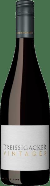 Im Glas offenbart der Vintages Rot von Dreissigacker eine brillant schimmernde hellrote Farbe. Gibt man ihm durch Schwenken etwas Luft, so zeichnet sich dieser Rotwein durch eine faszinierende Leichtigkeit aus, die ihn schwungvoll im Glas tanzen lässt. In ein Rotweinglas eingegossen, präsentiert dieser Rotwein aus der Alten Welt herrlich ausdrucksstarke Aromen nach Heidelbeere, schwarzer Johannisbeere, Maulbeere und Brombeere, abgerundet von Bitterschokolade, Zimt und Vanille. Am Gaumen eröffnet der Vintages Rot von Dreissigacker herrlich aromatisch, fruchtbetont und balanciert. Es gibt trocken und richtig trocken. Dieser Rotwein gehört zur letzteren Gruppe, denn er wurde mit lediglich 0,5 g Restzucker auf die Flasche gebracht. Leichtfüßig und vielschichtig präsentiert sich dieser samtige und dichte Rotwein am Gaumen. Durch die ausgeglichene Fruchtsäure schmeichelt der Vintages Rot mit samtigem Mundgefühl, ohne es dabei an saftiger Lebendigkeit missen zu lassen. Das Finale dieses Rotweins aus der Weinbauregion Rheinhessen besticht schließlich mit beachtlichem Nachhall. Vinifikation des Dreissigacker Vintages Rot Dieser elegante Rotwein aus Deutschland wird aus den Rebsorten Saint Laurent und Spätburgunder cuvetiert. Der Vintages Rot ist ein Alte Welt-Wein durch und durch, denn dieser Deutsche Wein atmet einen außergewöhnlichen europäischen Charme, der ganz klar den Erfolg von Weinen aus der Alten Welt unterstreicht. Einen sehr hohen Einfluss auf die Reifung des Lesegutes hat zudem die Tatsache, dass die Saint Laurent und Spätburgunder-Trauben unter dem Einfluss eines eher kühlen Klimas gedeihen. Dies äußert sich unter anderem in besonders lange und gleichmäßig Trauben und eher moderatem Alkoholgehalt im Wein. Speiseempfehlung für den Vintages Rot von Dreissigacker Genießen Sie diesen Rotwein aus Deutschland idealerweise temperiert bei 15 - 18°C als begleitenden Wein zu gebackenen Schafskäse-Päckchen, Kabeljau mit Gurken-Senf-Gemüse oder Kalb-Zwiebel-Auflauf.