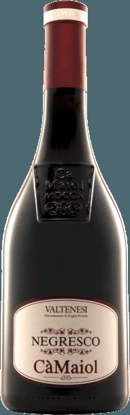 De NegrescoValtènesi van Cà Maiol glinstert robijnrood met diep donkerpaarse reflecties in het glas. Het bouquet van deze cuvée van Groppello, Barbera, Sangiovese en Marzemino is verrukkelijk met tonen van allerlei soorten rood fruit, zoals kersen, aalbessen, frambozen en meer. Kruidige nuances van tabak, specerijen als kaneel en kruidnagel maar ook sigarenkistjes komen in gedachten. In de mond blijkt de Cà Maiol Negresco Rosso zowel een krachtige alsfinesse-rijke rode wijn te zijn. Harmonieuze tannines, een mooi extract en een vitale, maar niet te scherpe zuurgraad maken deze rode wijn tot een belevenis Vinificatie van de NegrescoValtènesi Riviera del Garda van Cà Maiol Voor deze rode wijn uit de Cà Maiol portefeuille worden 40% Groppello, 20% Barbera, 20% Marzemino en 20% Sangiovese gebruikt. Na de oogst worden de druiven gekneusd en wordt de most onder temperatuurcontrole vergist. Tenslotte rijpt deNegresco Valtènesi van Cà Maiol 18 maanden ingeselecteerde Franse barriques van 225 l. Spijsadvies voor de Negresco Rosso van Cà Maiol Geniet van deze edele rode wijn uit Noord-Italië bijsous-vide gegaard lams- of kalfsvlees of bij krachtige klassiekers met gehakt zoals lasagne of spaghetti Bolognese. Prijzen voorCà MaiolNegresco Rosso Decanter: Zilver voor 2010 Gambero Rosso: 2 glazen voor 2009
