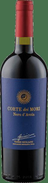 De Etichetta Blu Nero d'Avola Terre Siciliane IGT van Corte dei Mori - Cantine Francesco Minini presenteert zich in het glas in een rijk robijnrood met bessenaroma's, die worden onderstreept door een fijne kruidigheid, die deze rode wijn dankt aan de rijping in barrique vaten. Deze Italiaanse rode wijn is fluweelzacht in de mond, vlezig met zachte tannines en wordt bekroond door een langdurige afdronk. Aanbevolen voedsel voor de Etichetta Blu Nero d'Avola Terre Siciliane IGT van Corte dei Mori - Cantine Francesco Minini Geniet van deze droge rode wijn bij malse gerechten van varkens- en rundvlees, gekookt vlees, pasta met tomatensaus en milde kaas. Prijzen voor de Etichetta Blu Nero d'Avola Terre Siciliane IGT van Corte dei Mori - Cantine Francesco Minini Mundus Vini: Goud (jaargangen 2016, 2015)