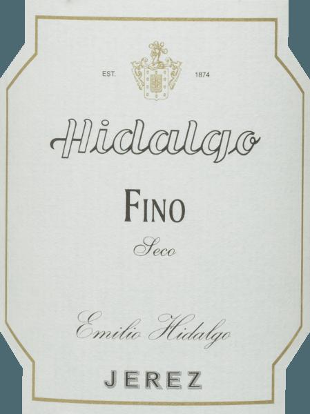 De Fino Jerez Seco van Emilio Hidalgo is een droge sherry van de druivensoort Palomino Fino en presenteert zich in het glas in een heldere strogele kleur. In de neus ontwikkelt deze sherry een intens bouquet van nootachtige noten en delicate wilde bloemen. De aroma's van de neus worden aangevuld met hints van brood en gist. De smaak is delicaat, licht en elegant met een nootachtig aroma - vooral amandelen en walnoten komen naar voren. Deze verfrissende sherry sluit af met een lange afdronk. Vinificatie van deEmilio HidalgoFino Jerez Seco De met de hand geplukte druiven worden ontsteeld, voorzichtig geperst en de resulterende most wordt gefermenteerd in roestvrijstalen tanks onder temperatuurcontrole. Deze jonge wijn wordt vervolgens afgetapt, versterkt en in Amerikaanse eiken vaten geplaatst voor een eerste rijping. De vaten worden slechts tot op zekere hoogte gevuld (maximaal 85%), zodat de karakteristieke flor (een gistlaag) zich kan ontwikkelen, die de wijn luchtdicht afsluit en hem het sherry-specifieke aroma geeft. Zodra de wijn is gerijpt, wordt hij overgebracht naar het traditionele solera-systeem, waarbij sherry's van hetzelfde type drie tot tien jaar in boven elkaar geplaatste vaten rijpen. De oudste wijnen worden opgeslagen in de onderste vaten (Solera), terwijl de jongste wijnen worden opgeslagen in de bovenste rijen (Criaderas). De sherry bestemd voor de verkoop wordt altijd uit de onderste vaten gehaald. Hier wordt echter slechts een klein deel (maximaal een derde) genomen en het genomen deel wordt vervolgens opgevuld met sherry uit de bovenste rijen. Dit principe wordt voortgezet tot in de bovenste vaten, waar jonge wijn, de Mosto, aan de sherry wordt toegevoegd. Aanbevolen voedsel voor de Fino Jerez Seco Hidalgo Wij bevelen deze droge sherry aan als verfrissend aperitief of als begeleider van salades, tapas, sushi, schelp- en schaaldieren en vis.