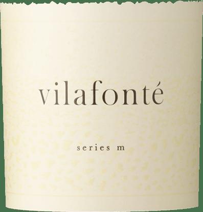De Vilafonté Serie M van Vilafonéis een door Merlot gedomineerde blend met een fluweelzacht en intens bouquet. Hij verschijnt karmozijnrood in het glas en trakteert het gehemelte op gelaagde fruitsmaken, variërend van zwarte kersen tot frambozenjam en pruimen. Tijdens de rijping van 18 maanden in Franse barriques werden een prachtige eiken tannine en een getoaste noot in de afdronk perfect geïntegreerd.  De M-Serie staat voor een cuvée gedomineerd door Merlot en Malbec. Aanbevolen voedingsmiddelen voor deVilafonté Series M Deze Zuid-Afrikaanse is een heerlijke begeleider van coq au vin en vleesgerechten, zoals Beef Wellington. Onderscheidingen voor de Serie M van Vilafonté Robert Parker: 91 punten Wine Spectator: 90 punten Tim Atkin: 94 punten