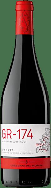 De GR-174 Priorat uit het wijnbouwgebied Catalonië, gerijpt in vaten, openbaart zich in het glas in een dicht paarsrood. De neus van deze Casa Gran del Siurana rode wijn toont allerlei soorten pruimen, bramen, moerbeien, zwarte bessen en morellen kersen. Alsof dat nog niet indrukwekkend was, komen daar zwarte thee, vanille en groene pepers bij, dankzij de rijping in kleine houten vaten In de mond begint de GR-174 Priorat van Casa Gran del Siurana heerlijk droog, grijpbaar en aromatisch. Op de tong wordt deze pittige rode wijn gekenmerkt door een ongelooflijk dichte textuur. In de afdronk inspireert deze bewaarrode wijn uit het wijngebied van Catalonië uiteindelijk met een goede lengte. Wederom zijn er hints van lelie en morellen kers. In de afdronk komen minerale tonen van de door leisteen gedomineerde bodem. Vinificatie van de GR-174 Priorat van Casa Gran del Siurana De basis voor de krachtige GR-174 Priorat uit Catalonië zijn druiven van de druivenrassen Cabernet Sauvignon, Cariñena en Garnacha. In Catalonië groeien de wijnstokken die de druiven voor deze wijn voortbrengen op een bodem van leisteen. Bovendien groeien de druiven van deze topwijn van Casa Gran del Siurana niet in het laagland, maar graven zij hun wortels in de ondergrond op steile hellingen. De teelt op steile hellingen zorgt ervoor dat zelfs in koelere streken met kortere vegetatieperiodes de wijnstokken een maximum aan zon krijgen. Nadat de druiven zijn geoogst, worden ze onmiddellijk naar de perserij gebracht. Hier worden ze geselecteerd en zorgvuldig vermalen. Dit wordt gevolgd door gisting in klein hout bij gecontroleerde temperaturen. Na de gisting rijpt de GR-174 Priorat gedurende 12 maanden in eiken vaten. Aanbevolen voedsel voor de Casa Gran del Siurana GR-174 Priorat Deze rode wijn uit Spanje wordt het best gedronken bij een gematigde 15 - 18°C. Hij is perfect als begeleidende wijn bij gebakken schapenkaaspakketjes, ossobuco of Thaise komkommersalade.