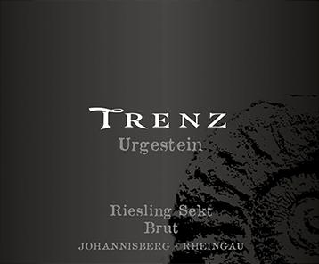 De lichtvoetige Urgestein Riesling Sekt brut uit Trenz schittert in het glas met een briljant lichtgeel. De neus van deze Trenz mousserende wijn toont allerlei soorten pruimen, nashi peer, morellen kersen, pruimen en peren. Lichtvoetig en complex, presenteert deze knisperende mousserende wijn zich in de mond. Dankzij de bondige fruitzuren presenteert de Urgestein Riesling Sekt brut zich uitzonderlijk fris en levendig in de mond. In de afdronk inspireert deze mousserende wijn uit het wijnbouwgebied van de Rheingau uiteindelijk met een prachtige lengte. Ook hier zijn hints van appel en nashi peer te zien. In de afdronk komen minerale tonen van de door klei en grind gedomineerde bodem. Vinificatie van de Trenz Urgestein Riesling Sekt brut De elegante Urgestein Riesling Sekt brut uit de Rheingau is gemaakt van druiven van het ras Riesling. De druiven groeien onder optimale omstandigheden in de Rheingau. Hier graven de wijnstokken hun wortels diep in de bodem van leem, zand en grind. Na de handoogst worden de druiven snel naar de perserij gebracht. Hier worden ze geselecteerd en zorgvuldig uit elkaar gehaald. De gisting volgt in roestvrijstalen tanks bij gecontroleerde temperaturen. Na afloop van de gisting kan de Urgestein Riesling Sekt brut nog 16 maanden op de fijne gist blijven harmoniseren. Spijsadvies voor de Urgestein Riesling Sekt brut uit Trenz Deze Duitse wijn wordt het best goed gekoeld gedronken bij 8 - 10°C. Hij is perfect als begeleidende wijn bij omelet met zalm en venkel, pompoenpannetje of preisoep.