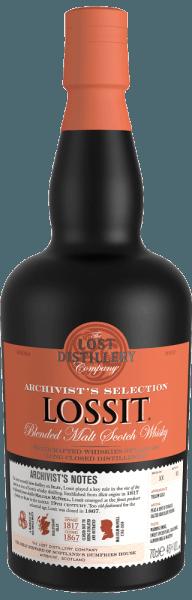 The Archivist's Selection Lossit Blended Malt Scotch Whisky van The Lost Distillery Company schittert goudgeel in het glas. In de neus verrast de Archivist's Lossit met aroma's van turf, tabak, zachte nuances van rook, hints van zoute chocoladepudding, kruidige vanille en verse toast met boter. In de mond toont hij zich warm, evenwichtig, met een mooi samenspel tussen rokerige en zachte, kruidige tonen. Aroma's van zoete, gekruide peren, amandelmelk en marsepein, gegrild tropisch fruit verschijnen op de afdronk, eindigend in een zeer lange, rokerige en complexe afdronk. Productie van Archivist's Lossit blended malt Scotch whisky door The Lost Distillery De Lossit Distillery was een van de meest succesvolle agrarische distilleerderijen op het eiland Islay en speelde een niet onbelangrijke rol in de opkomst van het eiland tot icoon in de Schotse whiskyproductie. Lossit Distillery werd in 1817 opgericht door Malcolm McNeill, boer en distilleerder. Al snel werd het een van de beste producenten op het eiland Islay. Met de opkomende industrialisatie verloor de distilleerderij aan belang tot ze uiteindelijk in 1867 werd gesloten. The Lost Distillery Company, met de hulp van een team van whiskyhistorici, laat de productiemethoden en smaakprofielen van de vroegere distilleerderijen opnieuw de revue passeren. Door single malts van verschillende distilleerderijen uit de specifieke Schotse regio's te mengen en de gegeven middelen te gebruiken, slagen zij erin lang verloren gegane whisky's op deze manier opnieuw te interpreteren. Onderscheidingen voor de Lossit Blended Malt Scotch Whisky van The Lost Distillery Scotch Whisky Masters: Master Medal 2016 Internationale Whisky Competitie: beste nieuwe release 2016