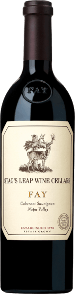 DeFAY Cabernet Sauvignon van Stag's Leap Wine Cellars heeft zijn thuisbasis in het Californische wijnbouwgebied Napa Valley. Deze uitstekende rode wijn wordt uitsluitend gevinifieerd van de Cabernet Sauvignon druif. De kleur van deze rode wijn is diep robijn- tot pruimenrood met paarse accenten. Het expressieve bouquet wordt gekenmerkt door krachtige aroma's van rijpe frambozen, zoete gerijpte boysenbessen en sappige zwarte kersen, die in combinatie met tonen van kaneel en vers gebrande koffie een harmonieus, evenwichtig aroma creëren. In de mond overtuigt deze Amerikaanse rode wijn met een rijke volheid van donker fruit en perfect geïntegreerde, zijdezachte tannines. De body is heerlijk krachtig en sappig en wordt ondersteund door een perfecte, warme structuur. De afdronk wacht met een prachtige, elegante lengte en nuances van gekookt bessenvlees en bakkruiden. Vinificatie van de Stag's Leap FAY Cabernet De druiven voor deze fantastische rode wijn groeien op een van de grootste wijngaarden - FAY Vineyard - in Napa Valley. Heel voorzichtig worden de bessen in september met de hand geplukt op en al in de wijngaard geselecteerd. Zodra de druiven in de wijnmakerij van Stag's Leap zijn aangekomen, wordt het beslag op traditionele wijze gefermenteerd in roestvrijstalen tanks. De malolactische gisting is volledig doorstaan. Voor de rijping wordt deze wijn in Franse eiken vaten gelegd (89% nieuw hout) en rijpt daar gedurende 22 maanden in. Spijsadvies voor de Cabernet SauvignonStag's Leap Wine Cellars FAY Geniet van deze droge rode wijn uit de VS bij gebraden eendenborst met kersenchutney, gebraden lamsvlees in een kruidencoating of ook bij pittige belegen kazen. Wij raden aan deze wijn minstens 2 uur te decanteren alvorens te drinken. Onderscheidingen voor de FAY Stag's Leap Cabernet Sauvignon Wine Spectator: 94 punten voor 2015 Robert M. Parker - The Wine Advocate: 93-95 punten voor 2015 Wine Spectator: 92 punten voor 2014 Robert M. Parker - The Wine Advocate: 92-95 punt