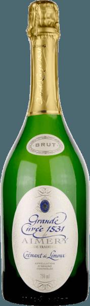 """De veelvuldig bekroonde Crémant Grande Cuvée 1531 van Sieur d'Arques wordt beschouwd als een van de beste mousserende wijnen in Zuid-Frankrijk en is genoemd naar het jaar waarin de flesgisting in Frankrijk werd uitgevonden of ontdekt. Deze Crémant de Limoux verschijnt in een briljant wit goud in het glas. Een fijne perlage draagt aroma's van groene appel, peer en honing, maar ook florale tonen van witte bloemen. In de mond komt de finesse van deze mousserende wijn tot uiting in een fijne, ingehouden zuurgraadstructuur en een uitstekende mousseux. Ook hier ontvouwt zich zijn frisheid, samen met aroma's van honing en groene appel, evenals een elegante mineraliteit. Een middellange afdronk onthult opnieuw het levendige karakter van deze klassieker. Vinificatie van de Aimery Grande Cuvée 1531 Crémant De bekroonde crémant van de wijnbouwerscoöperatie Sieur d'Arques is een eerbetoon aan een belangrijke historische gebeurtenis. De eerste officiële vermelding van een mousserende wijn uit Frankrijk dateert van 1531. In die tijd ontdekten monniken van de abdij van St. Hilaire de gisting in flessen door halfgistende druivenmost in verzegelde flessen te laten staan. Dit bleef gisten. Omdat het koolzuurgas niet kon ontsnappen, loste het op in de wijn en maakte deze mousserend. De wijngaarden van de Sieur d'Arques liggen in de Langedoc en zijn samengesteld uit vier verschillende terroirs: Autan, Méditerranéen, Océanique en Haute-Vallée vormen de wijnbouwkundige basis voor Crémant de Limoux. Afhankelijk van de wensen en de weersomstandigheden kunnen de oenologen van het huis de opbrengsten van de klimatologisch verschillende terroirs ontsluiten. De Crémant 1531 Grande Cuvée is samengesteld uit de druivenrassen Chardonnay, Chenin Blanc en Pinot Noir. Deze worden vroeger geoogst dan de druiven van de stille wijnen, om een stabiele zuurstructuur te garanderen. De basiswijnen worden vervolgens een tweede maal vergist volgens de """"Méthode traditionelle"""" - dus in klassieke flesgisting. D"""