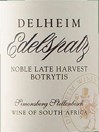 De lichtvoetige Noble Late Harvest van Delheim glinstert in het glas met een briljant lichtgeel. Als je hem in het glas wat lucht geeft door hem te zwenken, wordt deze witte wijn gekenmerkt door een enorme lichtheid die hem levendig doet dansen in het glas. Ideaal geschonken in een dessertwijnglas presenteert deze witte wijn uit Zuid-Afrika heerlijk expressieve aroma's van zwarte bessen, morellen, zwarte kersen en bosbessen, afgerond met verdere fruitige nuances. De Delheim Edelspatz Noble Late Harvest heeft een ongelooflijk fruitige smaak in de mond, wat niet in de laatste plaats te danken is aan het profiel van de restzoetheid. Op de tong wordt deze lichtvoetige witte wijn gekenmerkt door een ongelooflijk dichte textuur. De Edelspatz Noble Late Harvest is dankzij zijn kernachtige fruitzuren heerlijk fris en levendig in de mond. In de afdronk inspireert deze bewaarbare witte wijn uit het wijnbouwgebied van de Kuststreek uiteindelijk met een aanzienlijke lengte. Wederom zijn er tonen van morellen kersen en moerbei te zien. Vinificatie van de Edelspatz Noble Late Harvest uit Delheim Deze elegante witte wijn uit Zuid-Afrika wordt gevinifieerd van het druivenras Riesling. Na de druivenoogst gaan de druiven zo snel mogelijk naar de perserij. Hier worden ze gesorteerd en zorgvuldig uit elkaar gehaald. De gisting vindt vervolgens plaats in roestvrijstalen tanks bij gecontroleerde temperaturen. De gisting wordt gevolgd door enkele maanden rijping op de fijne droesem voordat de wijn uiteindelijk wordt gebotteld. Voedingsadvies voor de Edelspatz Noble Late Harvest uit Delheim Deze Zuid-Afrikaanse witte wijn wordt het best gedronken matig gekoeld bij 11 - 13°C. Hij is perfect als begeleidende wijn bij strudel van peer en limoen, yoghurtmousse met maanzaad of gebakken appelen met yoghurtsaus. Onderscheidingen voor de Edelspatz Noble Late Harvest uit Delheim Naast de status van absolute topwijn, kan deze Delheim wijn ook bogen op onderscheidingen en topwaarderingen boven de 90 