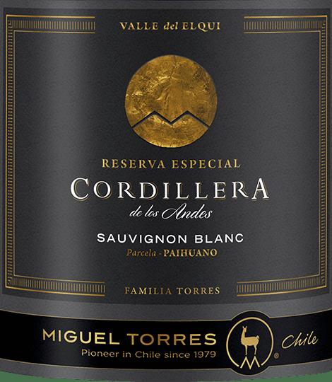 De druiven voor deCordillera Sauvignon Blanc van Miguel Torres Chili groeien in de Valle de Elqui in het prachtige Chileense wijnbouwgebiedCoquimbo. Deze single-varietal wijn glinstert in het glas in een delicate strogele kleur met groenige accenten. Het bouquet onthult intense aroma's van sappig-fris citrusfruit met de typische, kruidige tonen van gele peper en fijne hints van chili. Deze Chileense witte wijn overtuigt het gehemelte met een frisse, gelaagde textuur, die wonderwel harmonieert met de pittige zuren en de duidelijke mineraliteit. De afdronk biedt een mooie lengte en fruitige aroma's. Vinificatie van de Torres Cordillera Sauvignon Blanc De druiven voor deze Chileense witte wijn worden in maart geoogst. De druiven worden onmiddellijk naar de wijnmakerij gebracht, waar ze eerst 3 uur lang koud worden gekneusd en vervolgens langzaam worden vergist in roestvrijstalen tanks bij een gecontroleerde, koele temperatuur (15 tot 16 graden Celsius). Om het karakter van de Sauvignon Blanc druif en de heerlijke frisheid te behouden, rijpt deze witte wijn uitsluitend in roestvrijstalen tanks. Spijsadvies voor de Sauvignon Blanc Torres Cordillera Deze droge witte wijn uit Chili is een heerlijk aperitief of is geschikt als begeleider van gegrilde zeevruchten, vis in citroensaus of ook bij geitenkaas.