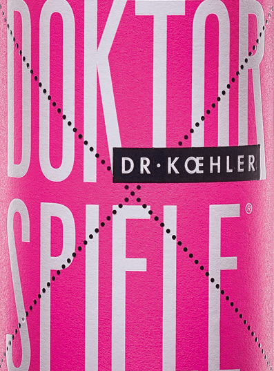De Doktorspiele Rosé van Dr. Koehler schittert in een glinsterende rosétint. De cuvée is samengesteld uit de vier druivensoortenCabernet Sauvignon, Frühburgunder, Merlot en Spätburgunder. In de neus toont de wijn uit Rheinhessen een duidelijk bouquet van granaatappel met fijne nuances van rode bessen. Het gehemelte van de Doktorspiele Rosé van Dr. Koehler verwent met aroma's van sappige kersen, rijpe frambozen en een subtiele fruitzoetheid. De indruk van de neus wordt herhaald door fijne hints in de mond. De body overtuigt met kracht en filigraan structuur. Een wijn met vitale frisheid en een afdronk die gedragen wordt door zoet rood fruit. Spijsadvies voor de Doktorspiele Rosé Geniet zomaar van deze heerlijk drinkbare roséwijn uit Rheinhessen, bij gegrilde zeevruchten of mediterrane groenten.