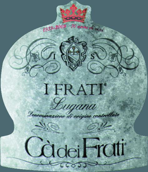DeI Frati Lugana van Cà dei Frati is de trots van het wijnhuis en wordt gevinifieerd van de lokale druivensoortTurbiana (Trebbiano). In het glas schittert deze wijn in een helder strogeel met gouden accenten. Het bouquet is heerlijk veelzijdig - als de wijn jong is, wordt de neus getrakteerd op subtiele tonen van witte bloemen, sappige abrikozen en amandelen. Deze Italiaanse witte wijn krijgt na verloop van tijd gezelschap van minerale en kruidige nuances, en van gekarameliseerde aroma's. In de mond is deze wijn heerlijk vol, met een vitale en uitbundige zuurgraad. De kruidige essentie is perfect geïntegreerd in de rechte, minerale en elegante body. Deze witte wijn overtuigt met zijn finesse-rijke, complexe persoonlijkheid en zijn expressieve verscheidenheid aan aroma's. Vinificatie van deCà dei FratiLugana Na de zorgvuldige oogst van de druiven, worden ze onmiddellijk naar de wijnmakerijCà dei Frati gebracht. De most wordt vergist in roestvrijstalen tanks en gedurende ten minste 6 maanden op de droesem gelaten (sur lie ageing). Tenslotte rijpt deze wijn nog 2 maanden in de fles. Aanbevolen eten voor de LuganaCà dei Frati Geniet van deze droge witte wijn uit Italië bij lauwwarme voorgerechten of gegrilde vis met peterselieaardappeltjes. Onderscheidingen voor de I Frati Lugana Falstaff: 92 punten voor 2017 Mundus Vini: beste witte wijn in Italië voor 2017 Vinum: 17/20 punten voor 2017 Wine Enthusiast: 91 punten voor 2015